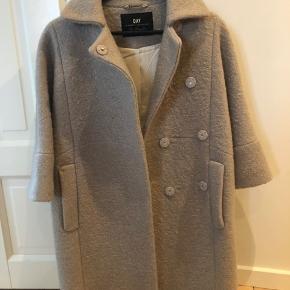 Meget smuk jakke. Brugt Max 10 gange. Sælges for min 500kr.