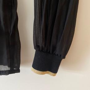 Elegant bluse fra Rue De Femme. Brugt, men i meget pæn stand 💛