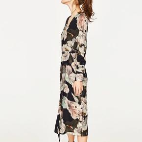 Smuk Zara wrap dress, den er brugt en gang til et bryllup. Svarer til en str. 38 / medium.  Respekter venligst at jeg ikke bytter og køber betaler porto samt gebyr ved tspay.  Mp 200,-