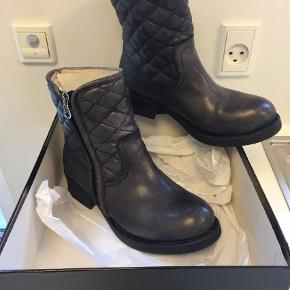 Varetype: Ankelstøvler Farve: Grå Oprindelig købspris: 1100 kr.  Lækker støvle med tykt for, ikke brugt meget. Smid et bud, kunne tænke mig omkring 400 pp!