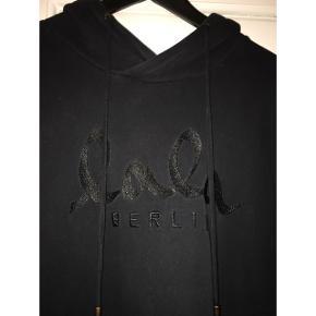 Sælger denne sorte hættetrøje/hoodie fra Lala Berlin! Mega fed i oversize fit og med lommer i siderne. Perfekt stand, stort set som ny ✨ Nypris: 1100 kr. Kom med et bud 😊