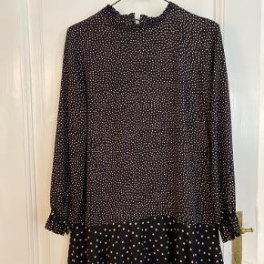 Kjole fra Zara str. M. Der er enkelte tråde på kjolen, men det er næsten ikke til at se