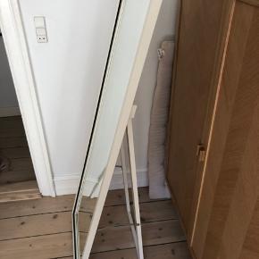 Fint spejl fra Ikea i god stand - passer ind de fleste steder da foden kan justeres. 150x49. Kan afhentes på Nørrebro😊