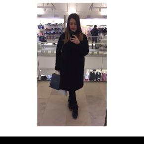 Sort Ganni jakke (Washington St) str M, brugt 1 vinter og er i virkelig flot stand. 55% polyester  45% wool  Første billede er af mig og der kan man se hvor langt ned jakken går på mig, jeg er 164cm høj