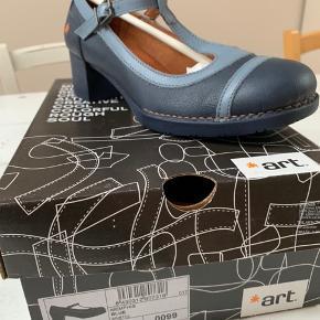 Helt ny sko fra art.  Sælges 400kr ved Mobilpay til 60294914 Sko koster 900kr fra i butik  Køber betaler leveringsomkostninger