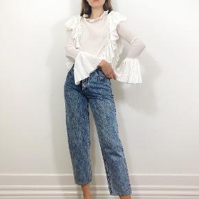 Så smuk ruffle bluse sælges - købt i Thirdhand Vintage. Ingen størrelseslabel i, men passer en str. small. Blusen sælges til 650kr.