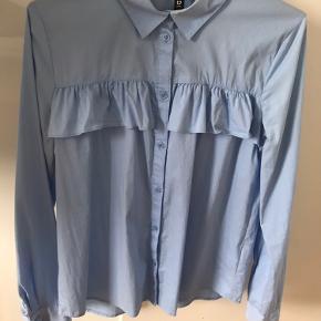Elegant skjorte til kvinder. Har en rigtig god længde til jeans - ikke for lang og ikke for kort).  Skjorte er i stof der giver sig let og den er derfor meget behagelig at have på.   Brugt 1 gang.  Str. 32