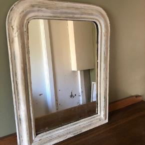 """Antikt ca 150 år gammelt Louis Phillipe spejl købt i Fil de Fer  Størrelse: b: 55 d: 5 h: 70  Er du til ting med historie? ... Så er det her unikke, antikke, patinerede ca 150 år gamle rustikke smukke spejl måske lige dig?  Smukt og sjældent antikt fransk Louis Phillipe spejl fra omkring 1860'erne. Louis Phillipe spejle er kendertegnet ved deres karakteristiske brede buet ramme med afrundet hjørne og elegante profil.  Et perfekt spejl i størrelse til fx. et gæstetoiliet, entré, skænk eller andet.  Spejlet er købt i """"Fil de Fer"""", hvor de aktuelt har et par lignende spejle til salg. Se fx ....  https://fildefercph.com/interioer/spejle/louis-phillipe-spejl-4_48_103426/  Nypris: 6.500 kr. (Kvittering haves).  Handles i dag til mindst 9.500 kr (Se Fil de Fers hjemmeside).  Spejlet fremstår præcis med den rustikke patina, som da vi købte det i 2016."""