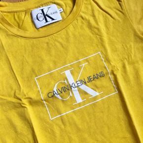 Gul og Hvid Calvin Klein t-shirt  Nypris: 400 kr./stk. Sælges for 150 kr./stk. eller begge for 250 kr.  Begge er brugt 1 gang, men desværre for lille. Det er en str. M, men de er små i størrelsen og passer en small.  Ingen bytte og fast pris.
