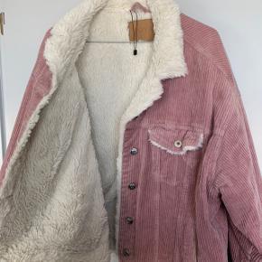 Rigtig sød og fin jakke med plys indenvendigt. Rigtig lækker kvalitet. Fejler absolut intet :) perfekt til sommeraftener.