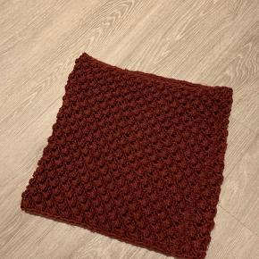 Tørklæde strik i Bordeaux fin stand. Kan ikke rigtig se et mærke på det
