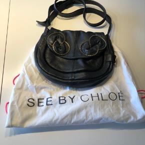 Så fin taske fra SbC med det fede lynlåsmønster der passer til skoene. Rigtig flot udvendig, lidt brugsspor på foret indvendig, derfor sat til god men brugt. Mål: 24x29 cm