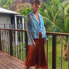 Kobberfarvet asymetrisk silkelignende nederdel fra H&M Trend i str. 38.