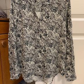 Skjorte fra Ofelia str m. Aldrig brugt.  Køber betaler Porto.