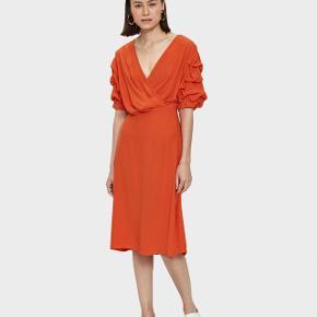 Smuk orange kjole brugt en gang / viskose / længde ca. 108 cm / brystmål ca. 2 x 48 cm / lynlås bagpå