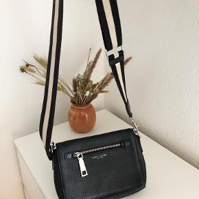 Marc Jacobs Gotham leather bag crossbody, stor og rummelig, måler 25x20 cm med tilhørende originale rem.  Pris 1700 kr (nypris 4000 kr) Ss også mine andre Marc Jacobs tasker ☺️