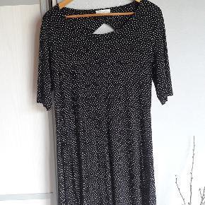 Super skøn sort kjole med små hvide prikker. Str. XL. Viscose og elastan. Brystmål ca. 50-56 x 2 cm Længde ca. 92 cm Handler helst via mobilpay Bytter ikke