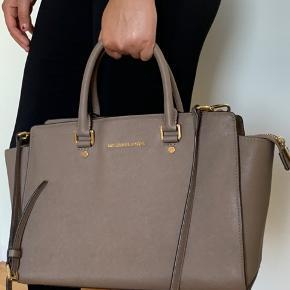 Sælger min Michael Kors taske, da jeg ikke får den brugt nok. Den er i god stand, dog inde i tasken er der to små pletter, men de kan ikke ses med det blotte øje og fejler ikke andet end det☺️. Tasken er købt i december 2014 og købt fra Zalando. Prisen kan forhandles.