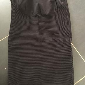 Rigtig fin nederdel i L/XL. I meget pæn stand og ikke brugt ret mange gange.  Fra røg og dyrefrit hjem. Byd