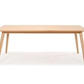 Stort fedt spisebord i eg fra sofakompagniet, sælges grundet flytning til en god pris. Købt i 2016. Nypris 3700,-   Sælges nu for kun 800,- først til mølle og skal afhentes frb c. (Vi bor heldigvis i stueetagen)  Er ikke brugt ret meget og har kun få brugsspor. Mål: 100x200x75 cm   Nb Det ene bordben skal strammes lidt indimellem da det har en lille skævhed i selve det skruehul der fra fabrikken er boret. (Ikke synligt og ikke til gene😊)  Skriv gerne hvis der er yderligere spørgsmål.