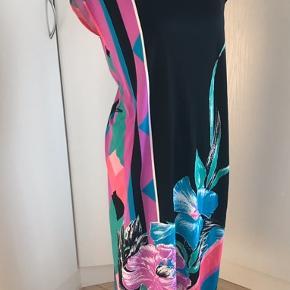 Smukkeste vintage kjole uden brugsspor. Perfekt til en sommeraften. Bemærk der er stropper i kjolen hvis man ønsker at sætte bælte i, men ikke bælte med.