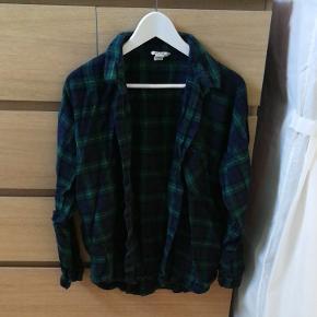 Blå og grøn skjorte fra Monki