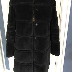 Flot blød fake fur jakke fra Neo Noir. Jakken har en rund halsudskæring, lange ærmer og en skjult trykknaplukning. Str. M ( small kan også bruge) Som ny.  Porto 48 kr.