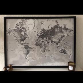 Helt vildt fedt verdenskort i sort hvid, med sort ramme.   Købt i en møbelforretning i Brønderslev til 800 kr.   BYD ☺️