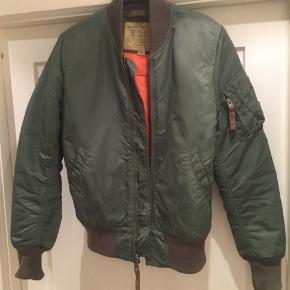 Lækker klassisk bomber jakke str small, sælges..    Klassisk olivengrøn Alpha industries jakke sælges..    Jakken er ikke brugt mere end en håndfuld gange, så fremstår derfor mere eller mindre som ny..    Den er købt for et par år siden, men har bare hængt på en bøjle det meste af tiden, så det er på tide den kommer videre i systemet..    SE OGSÅ ALLE MINE ANDRE ANNONCER.. :D