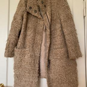 Warm light weight coat made of polyamide, nylon & new wool. Pls check my other items.