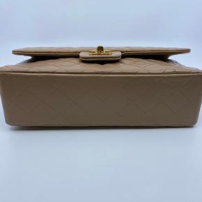 Hvad: Chanel 2.55 Vintage Stand: God Tasken har været professionelt farvet og det er derfor ikke original farven.  Andet: Kommer med dustbag og ægthedsbevis fra The Vintage Trade  ————— INGEN BYTTE ————— Kan ses eller afhentes i store kongensgade, København K, efter aftale. Vi tilbyder også forsendelse via. Trendsales, der inkluderer fragt, sporing og forsikring. Tasken sælges på vegne af @the_vintage_trade på instagram og der medfølger selvfølgelig også kvittering fra os.