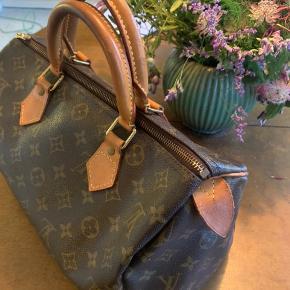 Vintage Louis Vuitton taske.  Modellen er speedy 30.  Tasken har almindelig brugstegn da den er vintage.  Serienummeret er: sd0010