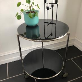 Det smukkeste runde bord med sorte glasplader og på hjul.  Det er så fint og i en god stor størrelse.