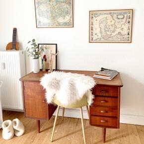 Teak skrivebord med den helt rette patina.  Der er også en skuffe bag ved stolen.   Bordet måler:  H: 74,5 cm L: 124 cm B: 51,5 cm  Kom gerne med et bud :-)