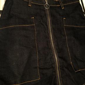 Denim nederdel med lynlås. Super fin og kan bruges til alt. Tshirten på billedet er også til salg i min shop.