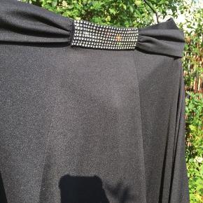 Gammel vintage nederdel i sort 100% polyester med pling pling stykke og bælte bindebånd årgang vides ikke.   Byd!! 🤗