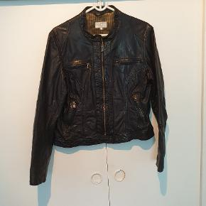 Super fin læder jakke 😍😍 Er af mærket SUCCO, og er købt i Nielsen's.. Jakken er lidt lille i størrelsen ..