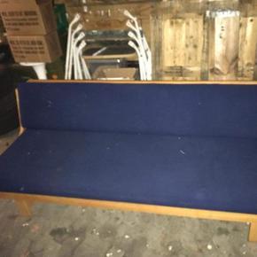 Sovesofa i blå uld af, inspireret af wegner's sovesofa. med tilhørende side bord fra O.D Møbler, sofaen har slid i enderne da den tidligere kommer fra en institution  Sofaen har 2 pletter Sælges helst samlet.