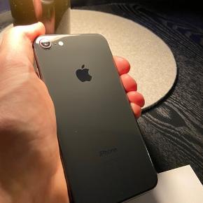 iPhone 8, 256 GB, sort fra 2018  Sælger min kærestes iPhone 8 SPACE GREY med 256 GB hukommelse.  Den har været brugt som firmatelefon de sidste 2 år, og har ALTID været i cover og med panserglas fra dag 1 (Så alle de små ridser som ses på billedet er kun på panserglasset)  Telefonen fejler absolut intet.  Der medfølger selvfølgelig oplader og høretelefoner.  Boksen findes desværre ikke mere.  Skriv endelig hvis du har nogen spørgsmål 🙂  Er bosat i Århus, men er også ofte i Fredericia.