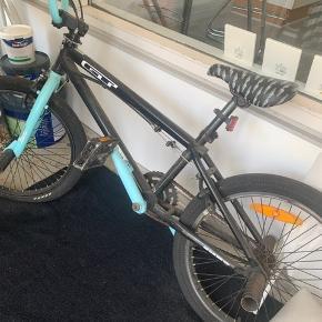 GT BMX. Tricks cykel. Brugt 1 år og har blot stået og samlet støv. Den skal have luft i begge dæk men ellers fuld funktionel. Kvittering haves. Nypris 1500,- (på bud) Byd