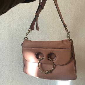 Jw. Anderson taske, ret slidt derfor sælger jeg for kun 1000 kr :) meget rummelig og flot