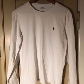 Stilren langærmet t-shirt fra Ralph Lauren, den går man aldrig galt i byen med!