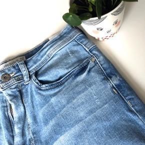 """Jacqueline de Yong Denim """"Jona Skinny High"""" str. 29/34 i farven light blue - aldrig brugt prismærke sidder stadig i 👖  Materiale: 99% bomuld & 1% elastane  Byd gerne kan både afhentes i Århus C eller sendes på købers regning 📮✉️"""