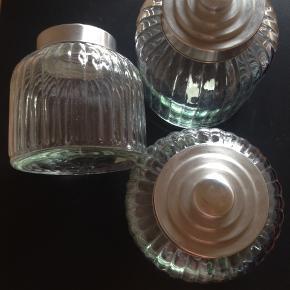 3 glas til opbevaring med låg 30 kr. stk. 2 glaskarafler fra mærket Bitz 30kr.