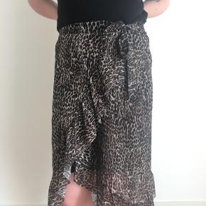 Fin nederdel i mesh med leopardprint. Brugt et par gange, ingen fejl eller skader. Elastikker gør at den passes af en medium. 95% polyester  5% elasthan