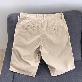 Lækre og klassiske bermuda / khaki shorts fra Carhartt. Str 30. Brugt få gange. Perfekt stand. Se mine andre annoncer!