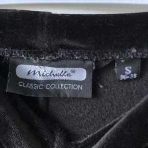Sælger disse fede vintage bukser  Bukserne er super flotte og behagelige, og sidder super godt bag på. De er købt brugt, men stoffet er stadig både rart og pænt.  Spørgsmål og relevante bud er velkomne!   Hvis nogen af mine andre annoncer fanger dig, kan vi aftale en eventuel mængderabat :)