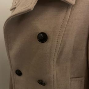 Fin beige jakke fra H&M. Meget lille i størrelsen. Passes af en s - m 💖