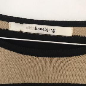 Sort og brunstribet let strik t-shirt. Fin kvalitet.  Brystmål 2 x 67 cm. Længde 75 cm