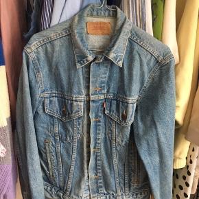 Levi's vintage jakke i denim. Købt i Wasteland for 5 år siden 💙💚💛 Nypris: 500kr  Jeg er meget åben for bud 💸🕊